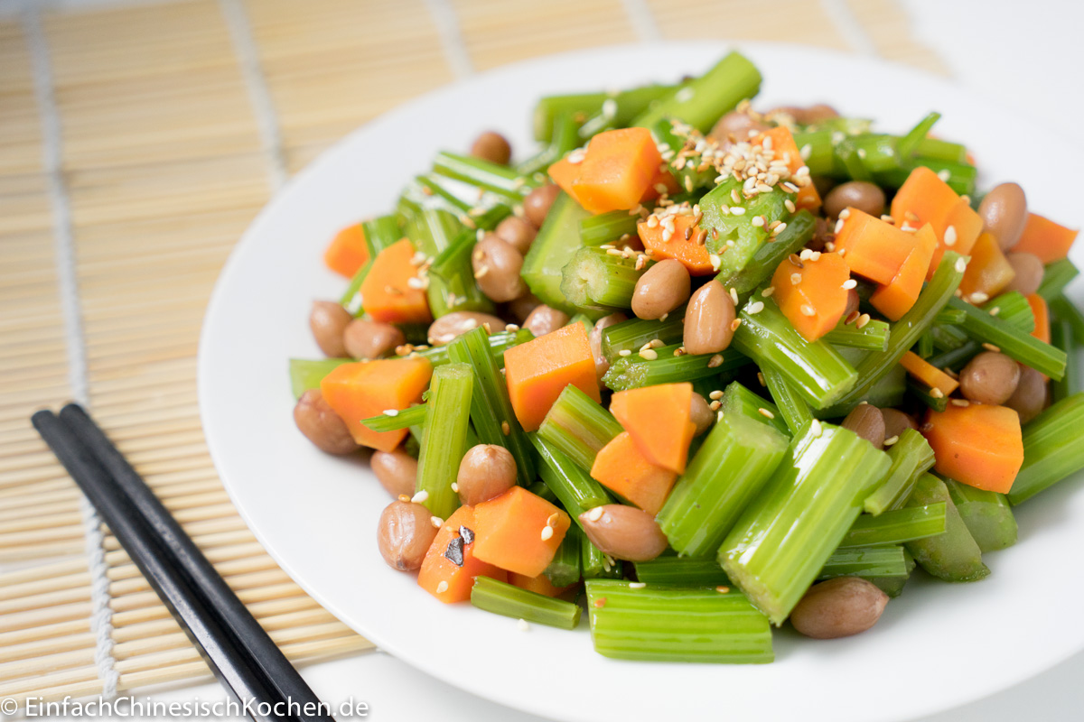 chinesischer Sellerie Erdnüsse Salat