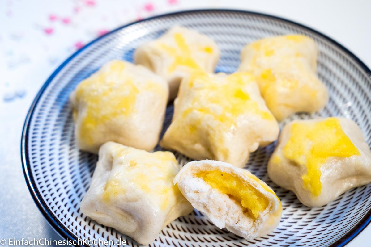 Süße Hefeklöße mit Milch-Eier Creme Füllung
