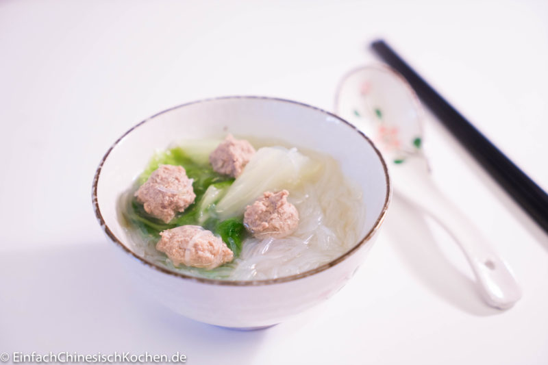 Hackbällchen Suppe mit Chinakohl und Glasnudeln