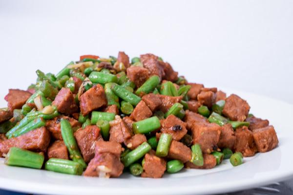 gebratene grünen Bohnen und Wurst